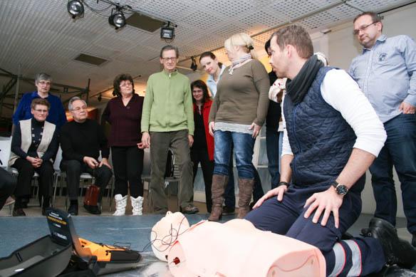 Handhabung des AED (Automatischer externer Defibrilator)