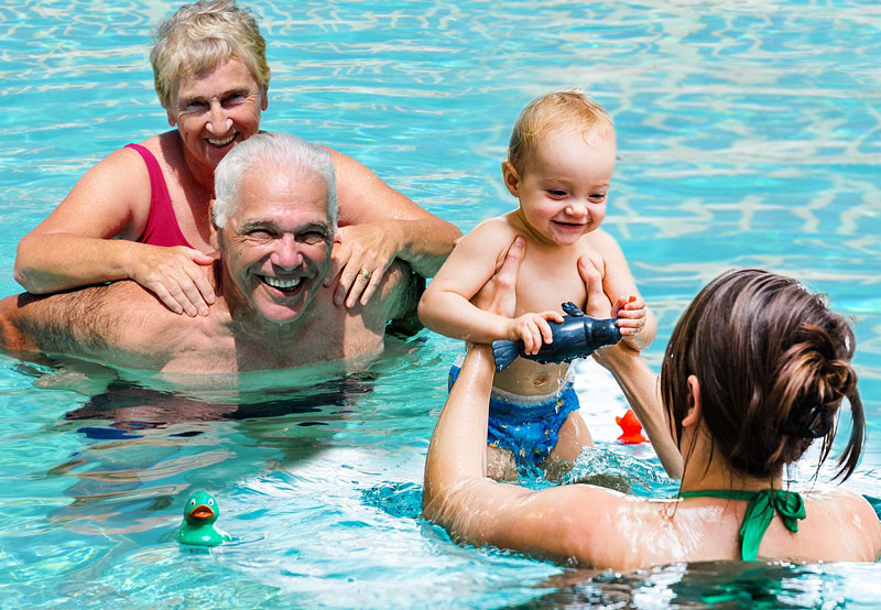 Bewegung in jedem Alter - gesund bleiben und gesund werden mit der FSG Medizin Hoyerswerda e.V. (Fotos der Collage:  iStock McIninch, Gernot Menzel)